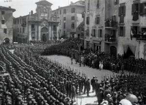 """02/06/1918 – Spoleto, Piazza del Mercato. Giuramento del 52° Reggimento Fucilieri """"Cacciatori delle Alpi"""" (collezione Vantaggioli/Gregori - Spoleto)"""