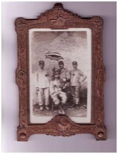 Il soldato Enrico Fraschetti (al centro seduto) con alcuni commilitoni. Sulla cornice fregi, armi e decorazioni militari.